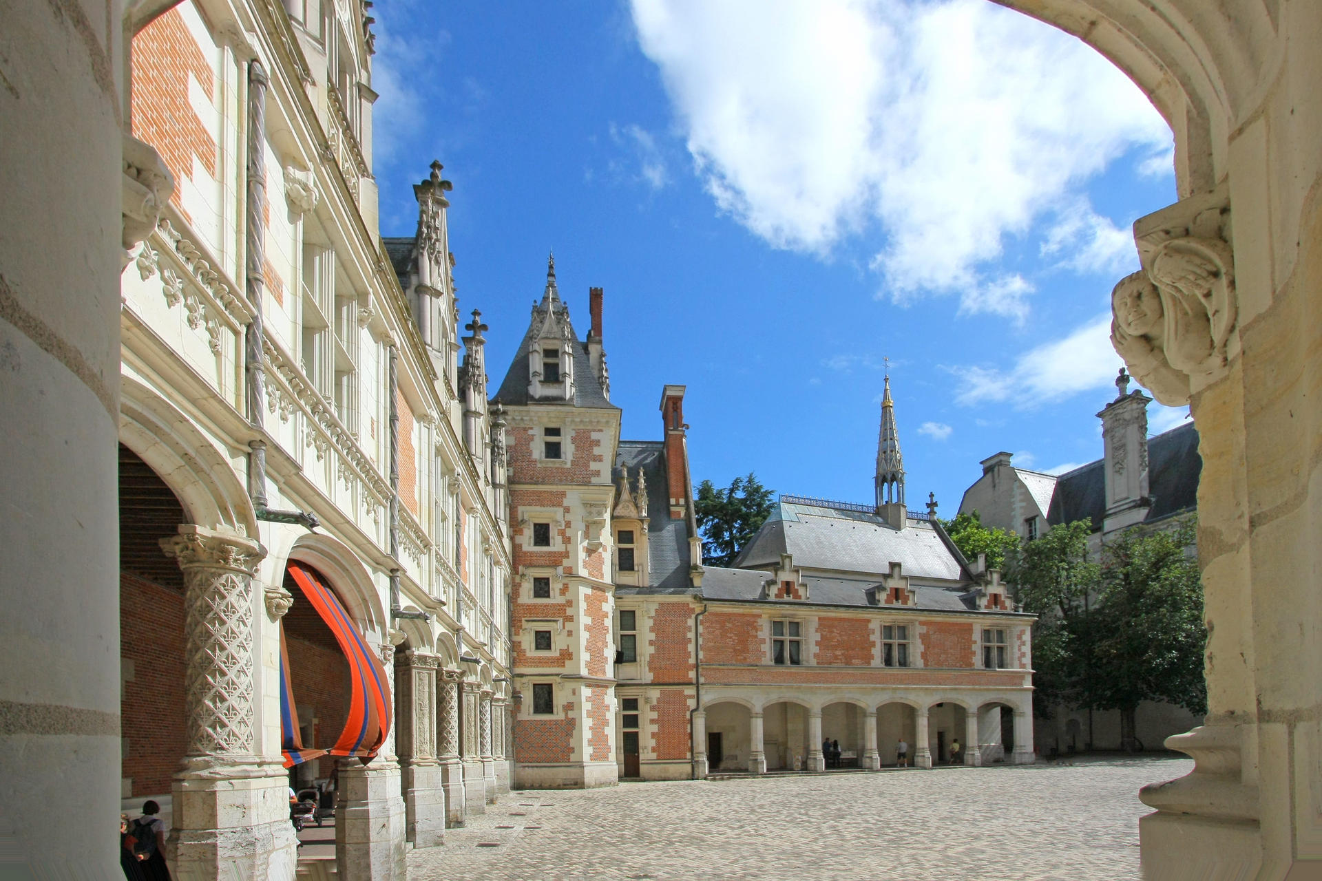 Les 4 styles ch teau royal de blois for Les salons du chateau